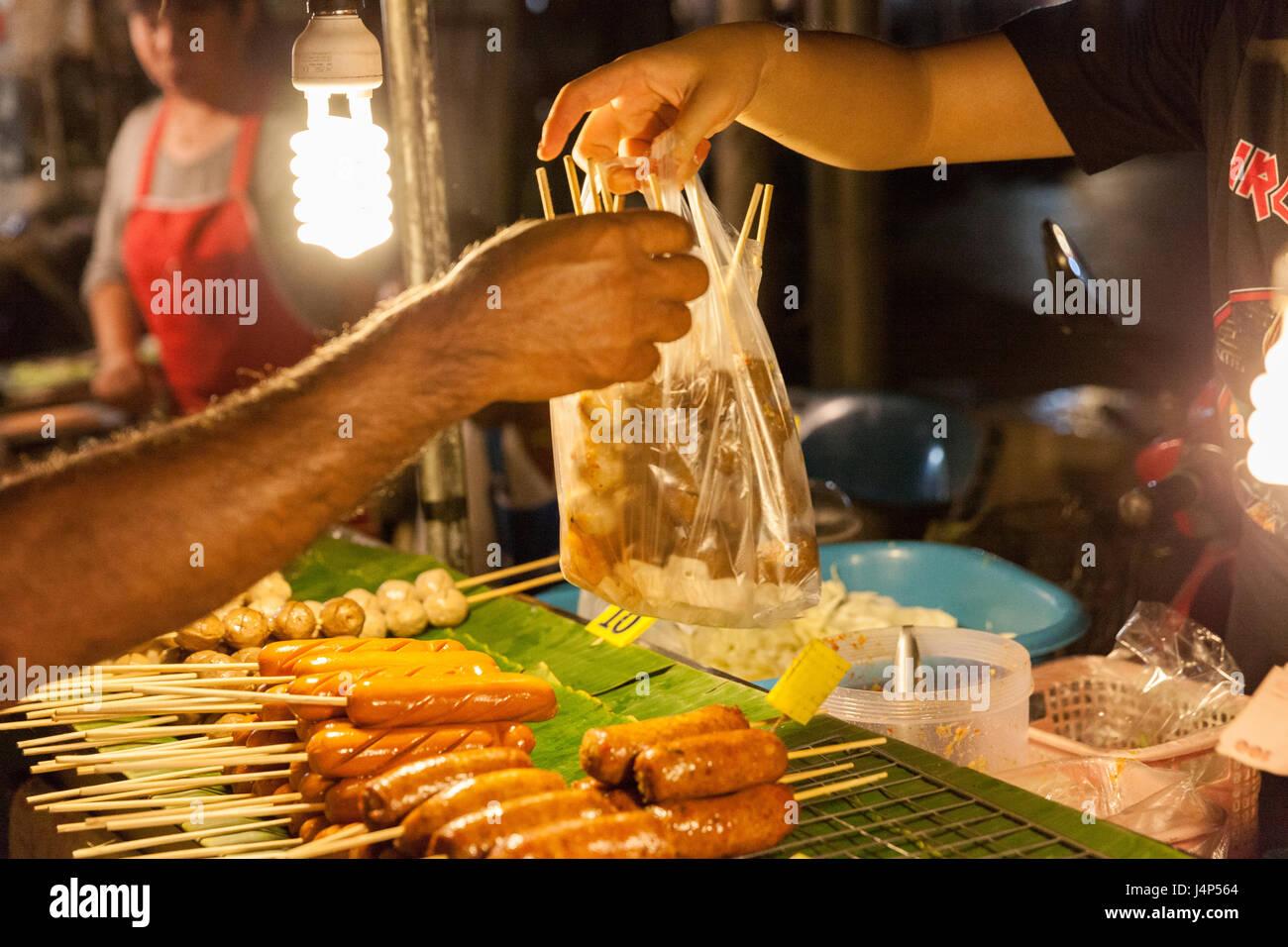 CHIANG MAI, THAÏLANDE - 21 août: l'homme achète le marché du dimanche à boulettes Photo Stock