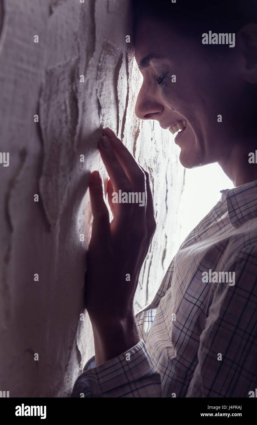 Jeune femme pleurer à wall Photo Stock