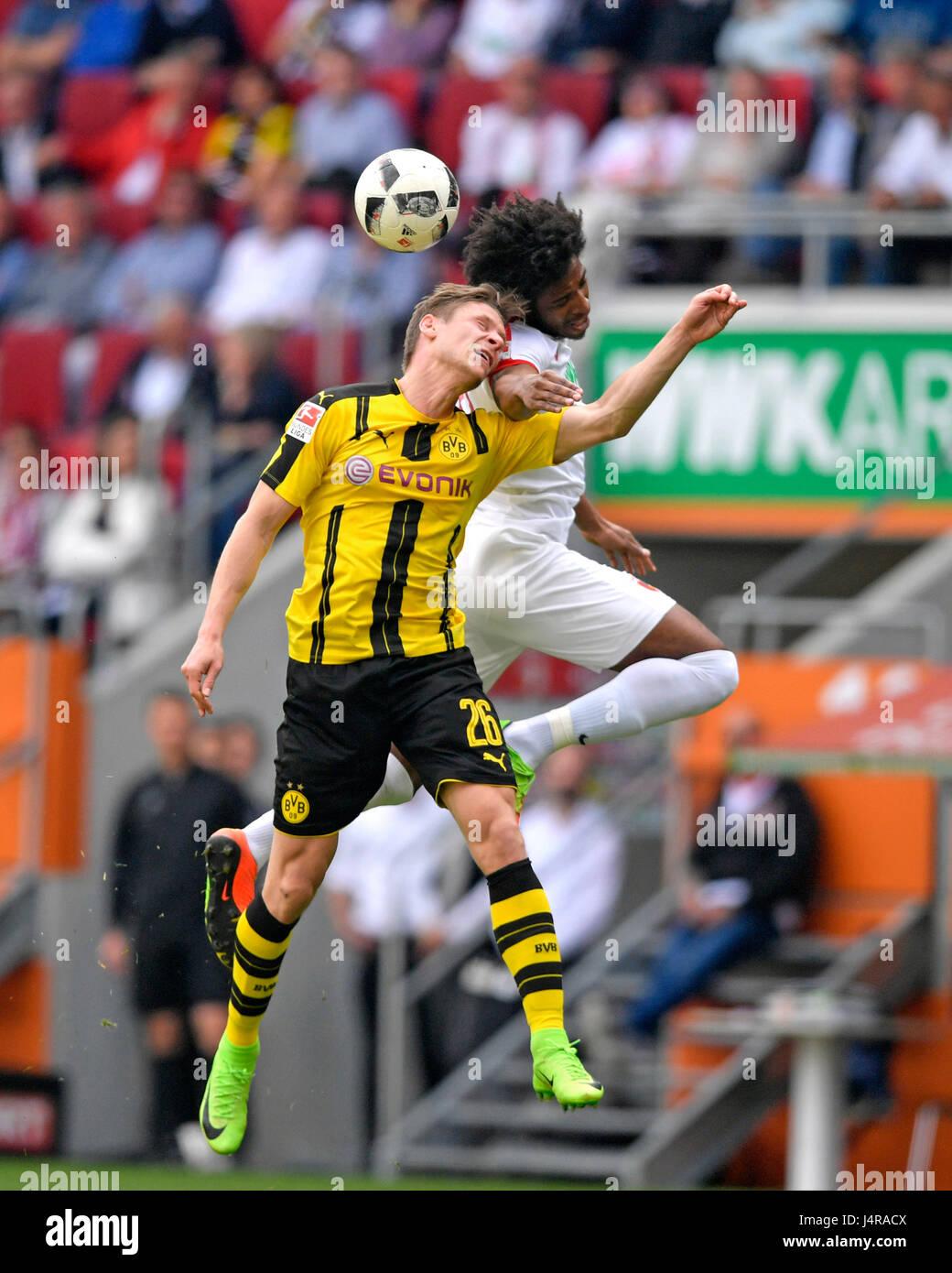 13.05.2017, Fussball 1.Bundesliga 2016/2017, 33.Spieltag, FC Augsburg - Borussia Dortmund, dans der WWK-Arena Augsbourg. v.li: Lukasz Piszcek (Dortmund) gegen Caiuby (FC Augsburg). Photo: Cronos/MIS Banque D'Images