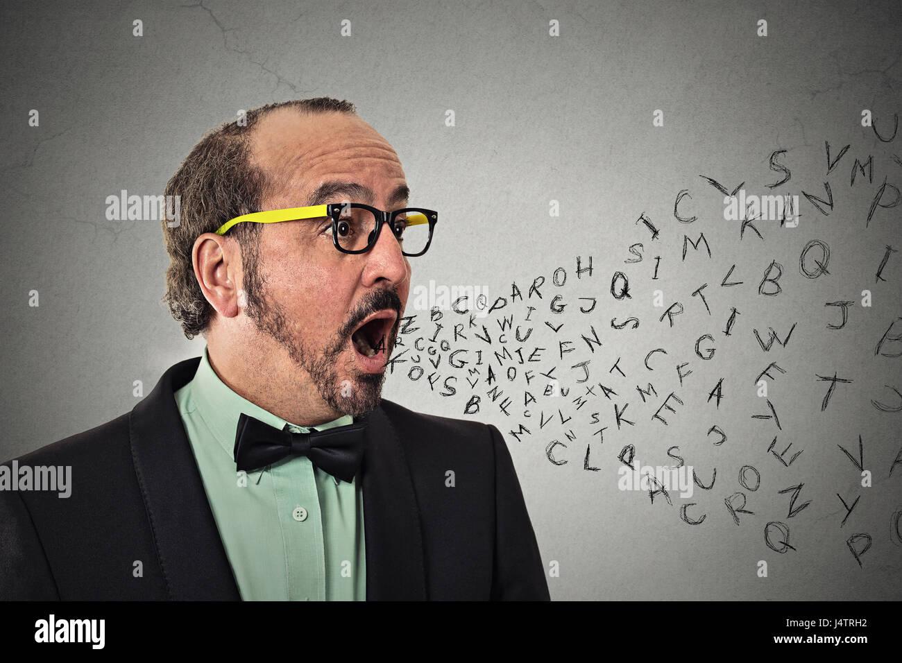Vue de côté d'âge moyen portrait business man avec lettres de l'alphabet qui sortent de la Photo Stock