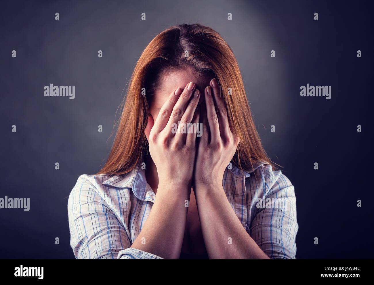 Femme pleurant sur fond sombre Photo Stock