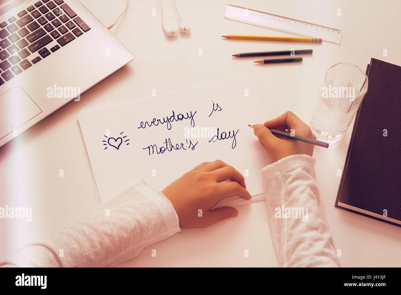 Message spécial Fête des mères: Chaque jour est la fête des Mères. Vue de l'enfant Photo Stock