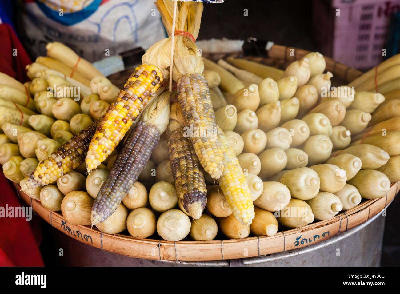 Maïs sur le marché pour la vente. Chiang Mai, Thaïlande. Photo Stock
