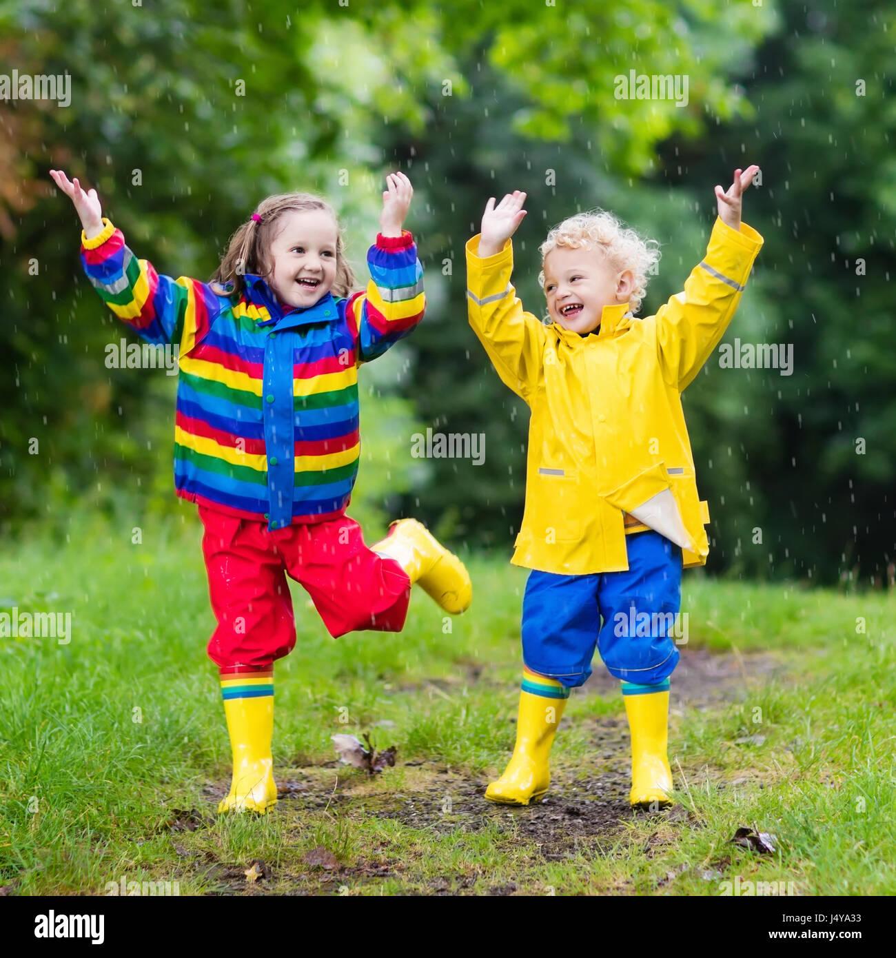 jouer et garçon Petit fille dans rainy parc d'étéLes hCxsrBdQt
