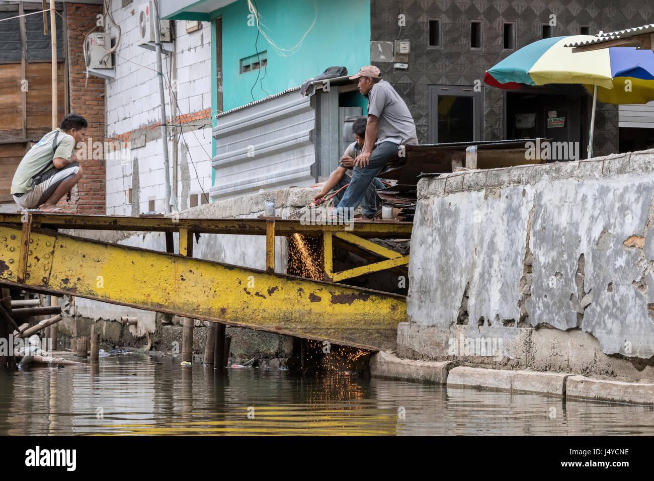 Les soudeurs sur le pont jaune, Sunda Kelapa port intérieur, Jakarta, Indonésie Photo Stock