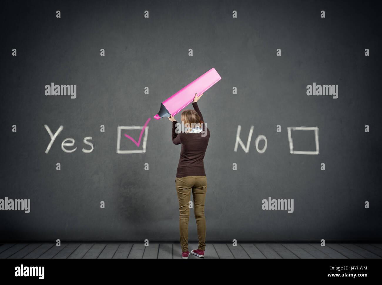Jeune écolière avec oui ou non, choix de vote oui Photo Stock