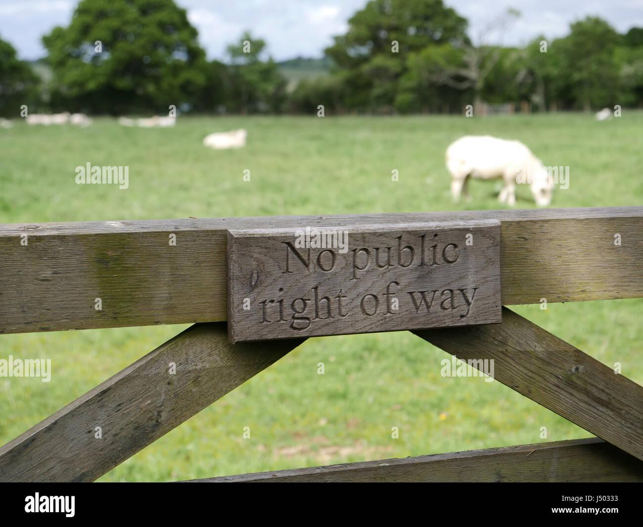 Pas de droit de passage public signe sur une ferme. Le pâturage des moutons. Photo Stock