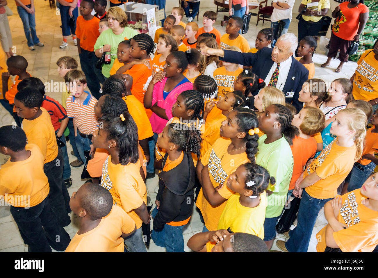 https://c8.alamy.com/compfr/j50j5c/montgomery-alabama-state-capitol-building-black-girl-classe-etudiant-voyage-tour-guide-senior-man-gouvernement-interieur-premier-co-j50j5c.jpg