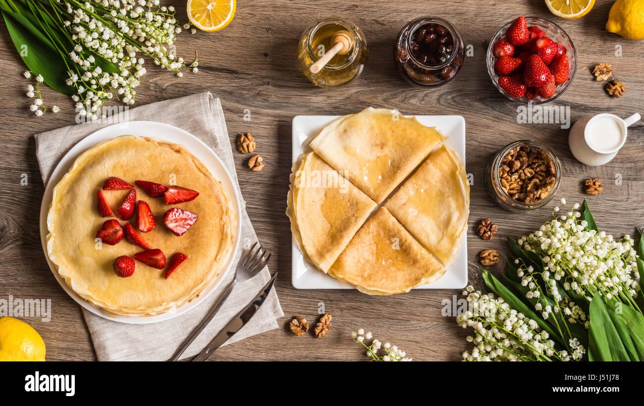 Vue de dessus de délicieuses crêpes sur table en bois avec des fruits Photo Stock