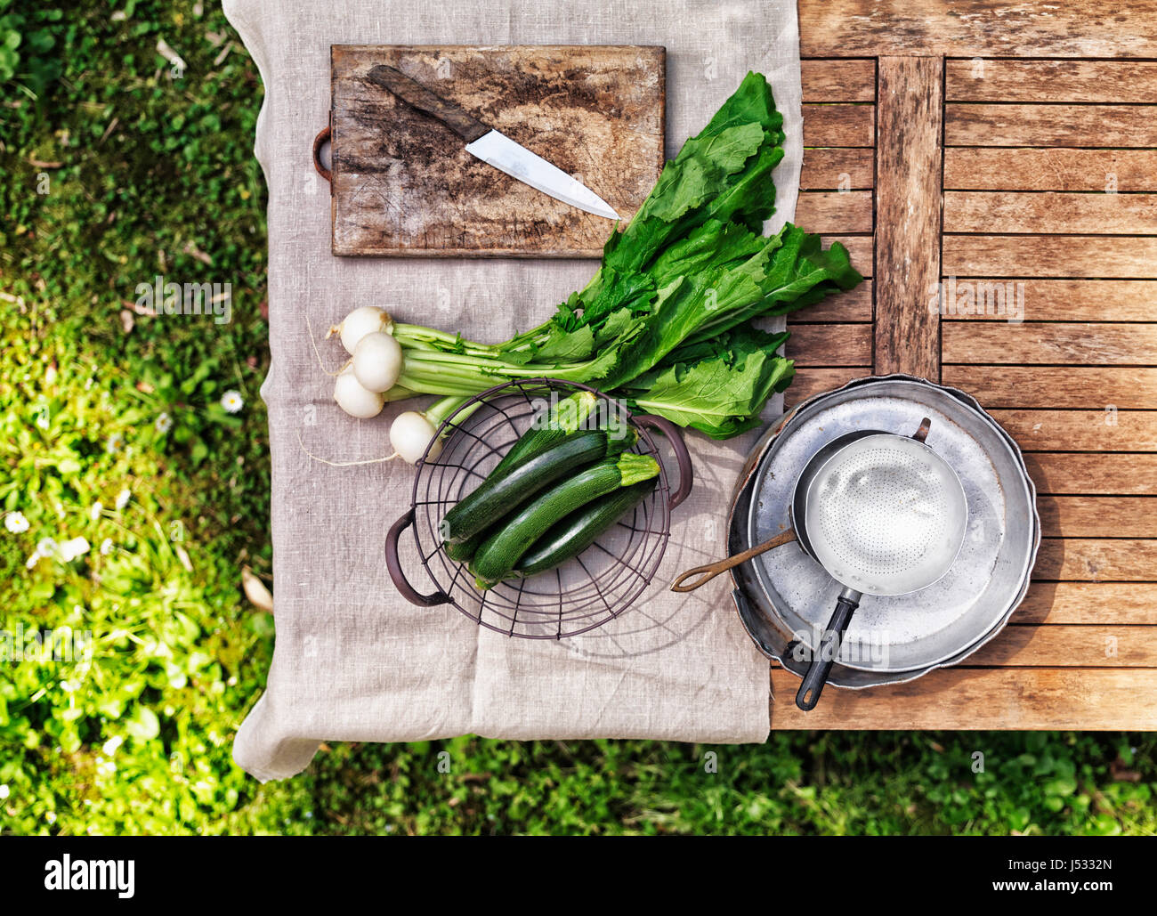 La rabiole et courgettes sur une table dans le jardin Photo Stock