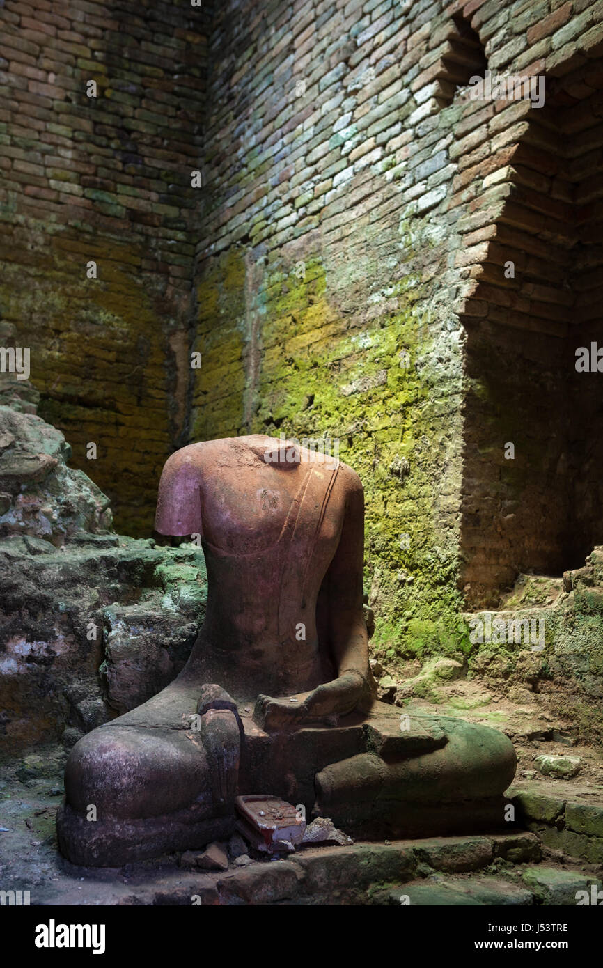 Image du Bouddha sans tête dans le sanctuaire du temple de Wat Kaew chambre à Chaiya, Surat Thani, Thaïlande. Photo Stock