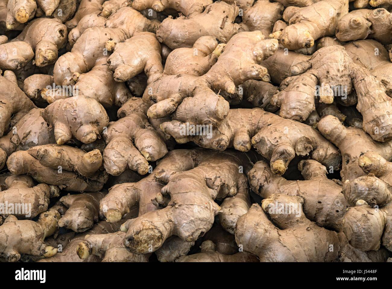 Les racines de gingembre frais afficher sur la vente dans le marché de légumes frais Banque D'Images