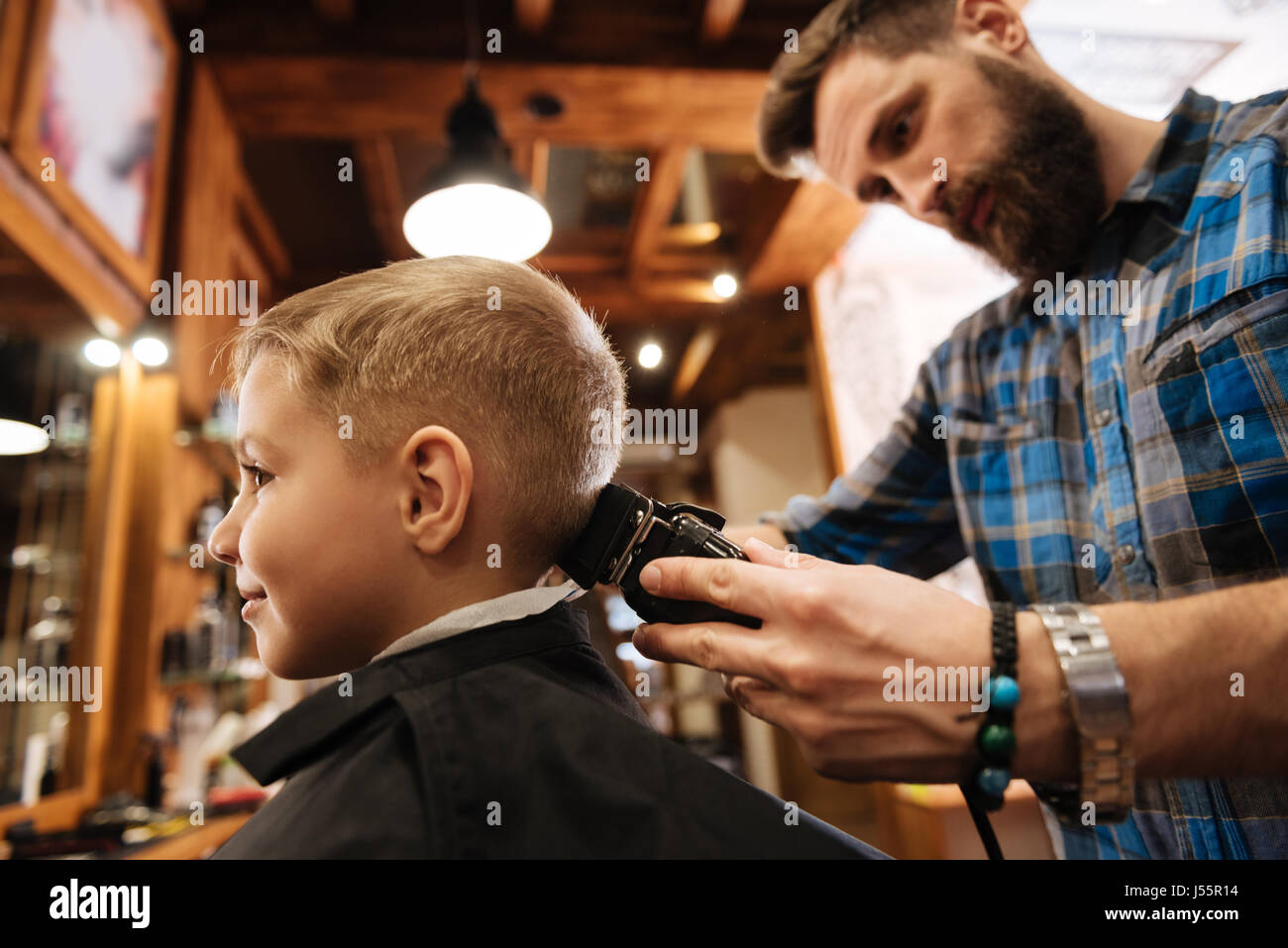 Belle coiffure barbu faisant la décote Photo Stock