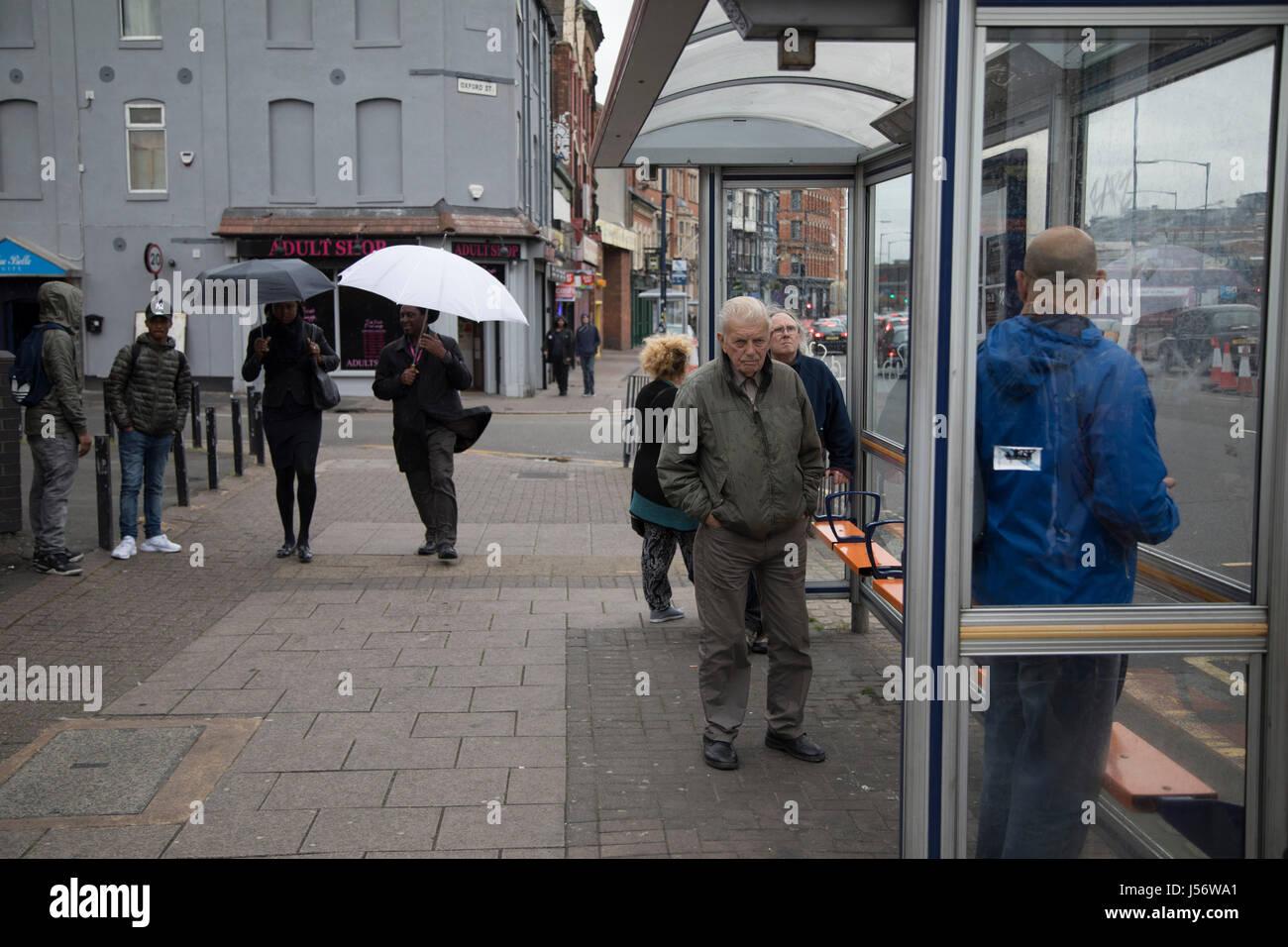 Scène de rue de personnes à un arrêt d'autobus à Digbeth, Birmingham, Royaume-Uni. Digbeth Photo Stock