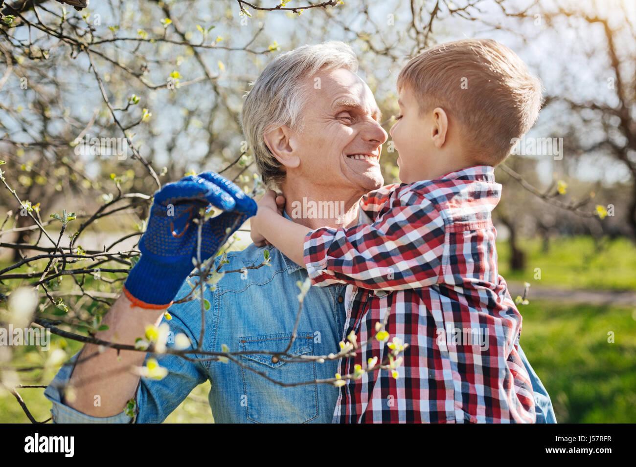 Passer du temps avec son grand-père dans le jardin de la famille grandkid Photo Stock
