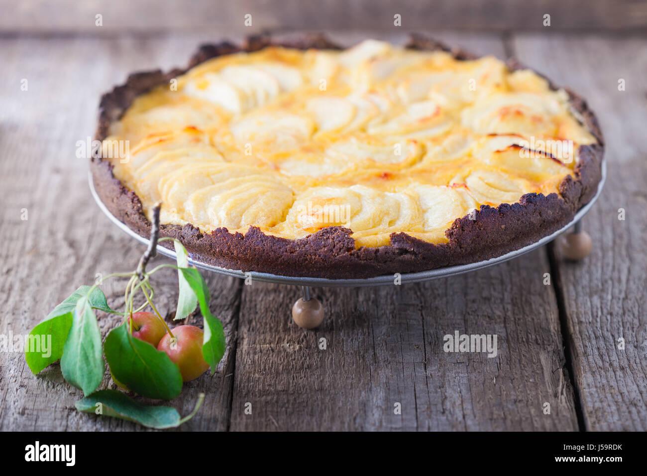 Tarte aux pommes sur la table en bois Photo Stock