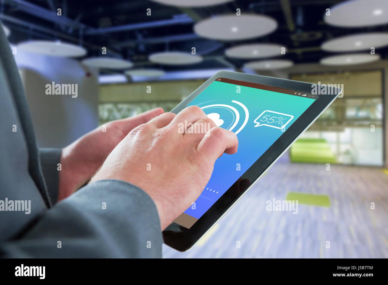 Businessman touching tablet contre l'écran Mettre à jour le texte avec symbole télécharger Photo Stock