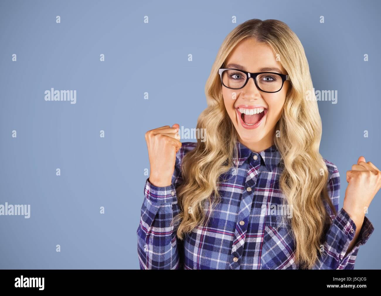 Digital composite de femme criant contre fond bleu Banque D'Images
