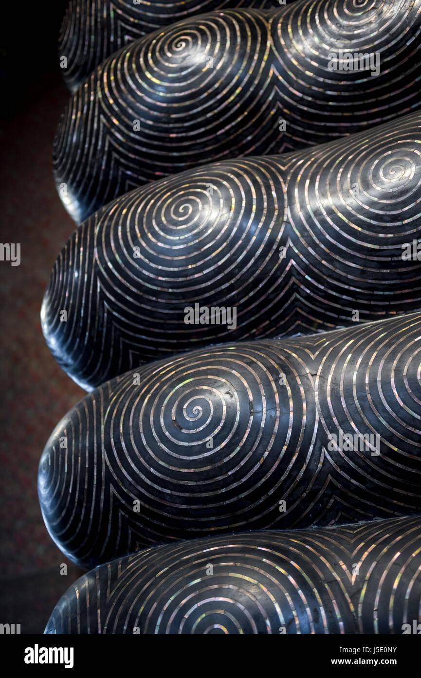 Les modèles d'empreintes digitales sur les orteils au bas du sacré pieds de le Bouddha couché Photo Stock