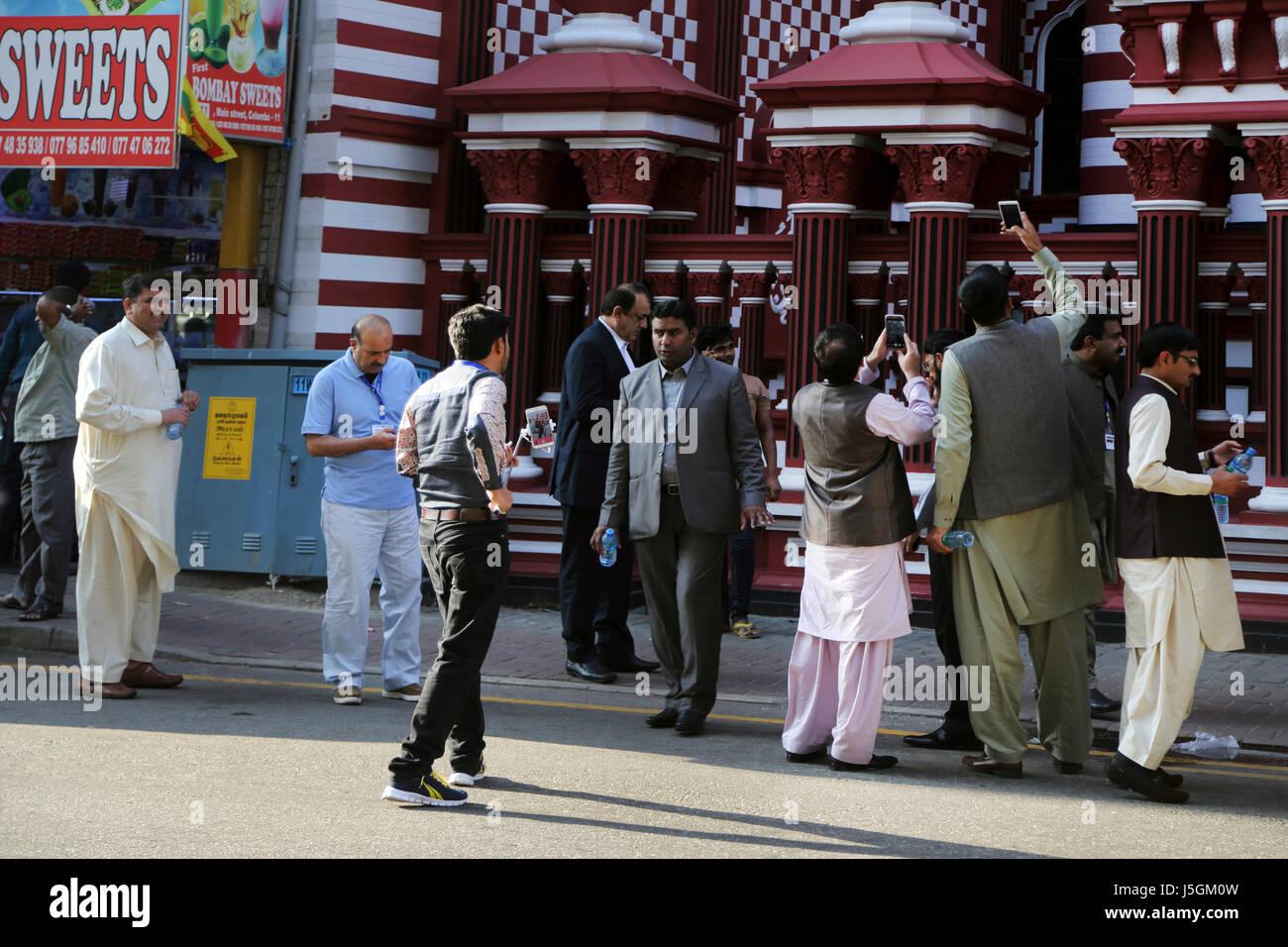 Jami-ul-alfar pettah mosquée islamique au Sri Lanka Colombo touristes prenant des photos avec leurs téléphones Photo Stock