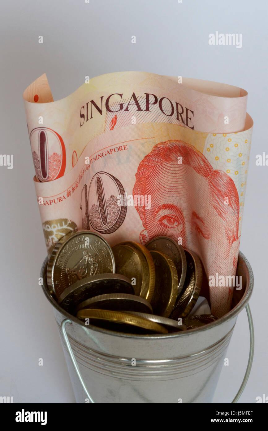L'argent de Singapour dans un seau. Banque D'Images