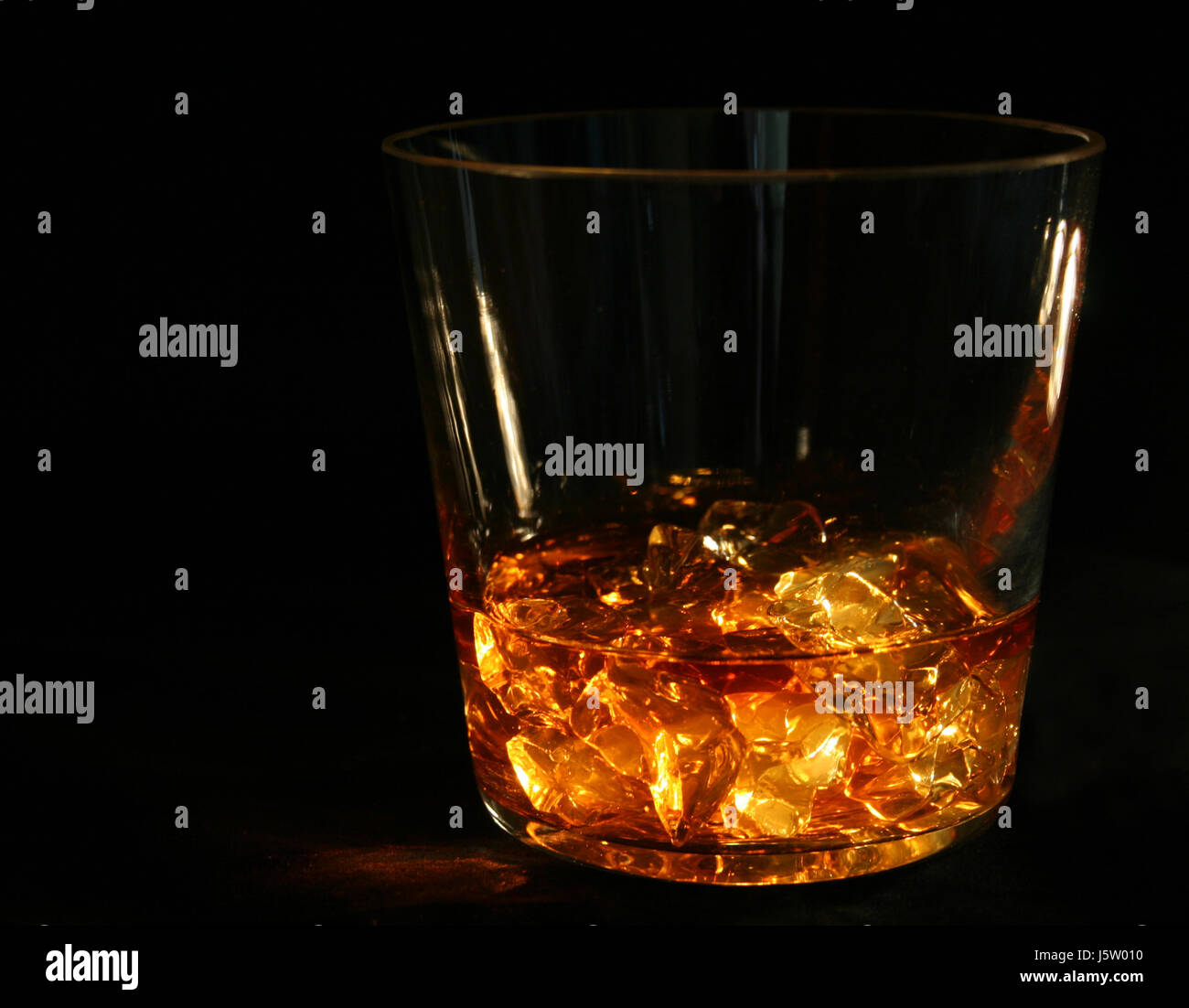 Calice en verre Tumbler Ice Cube en verre de whiskey still life tumbler verre calice Photo Stock