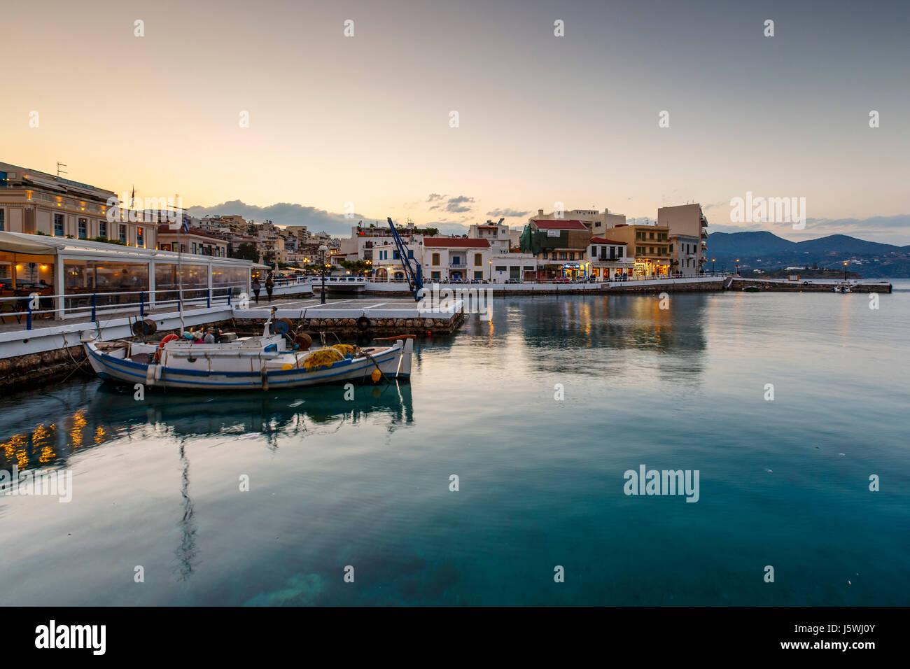 Voir la soirée des agios Nikolaos et de son port, Crète, Grèce. Photo Stock