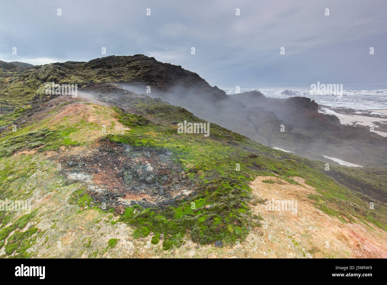 Fumerolle à Leirhnjukur / Leirhnjúkur, dans le champ de lave Krafla caldera en hiver, boutiques eystra / Nordurland eystra, Nord de l'Islande Banque D'Images