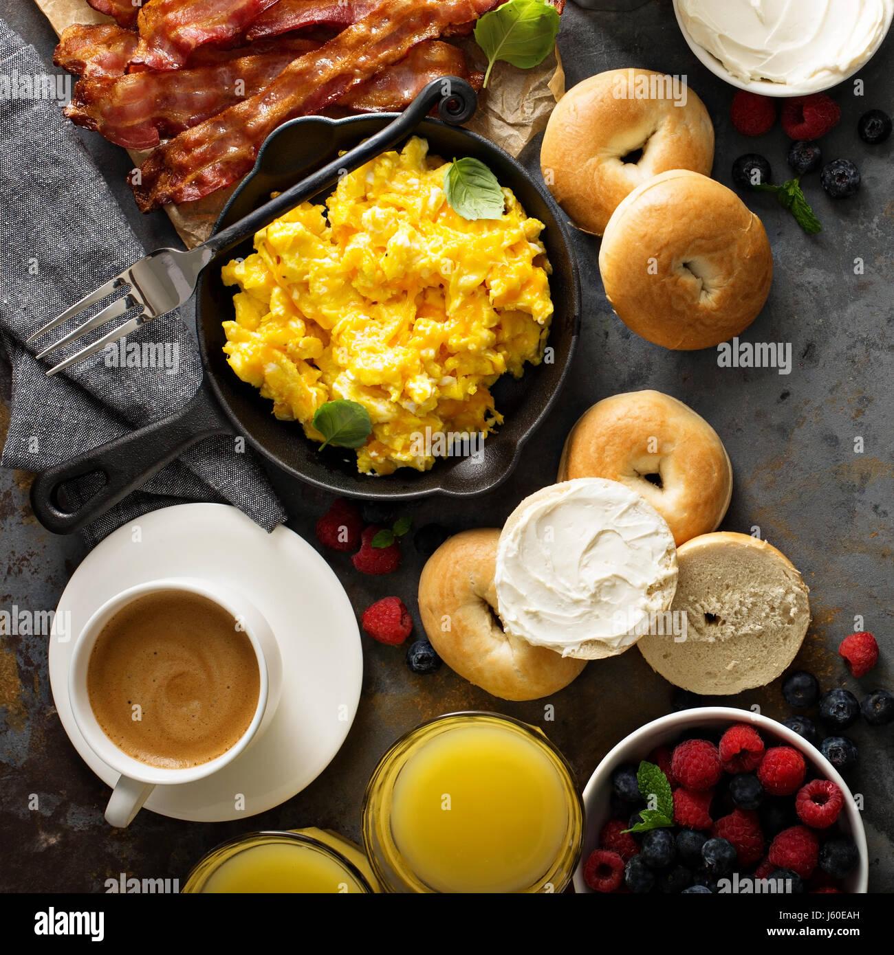 Grand petit-déjeuner avec du bacon et des œufs brouillés Photo Stock