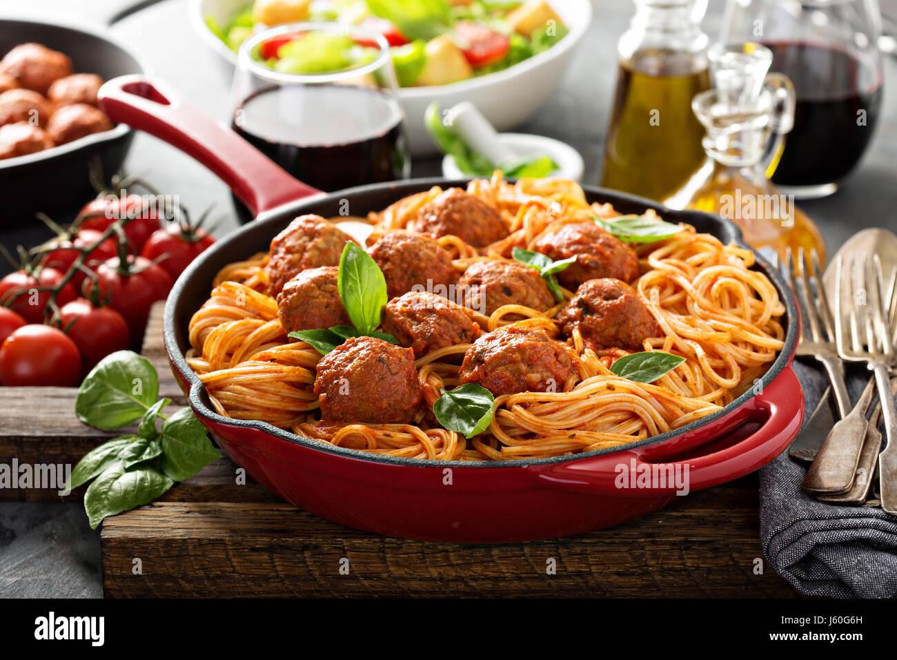Spaghetti à la sauce tomate et boulettes de viande Photo Stock