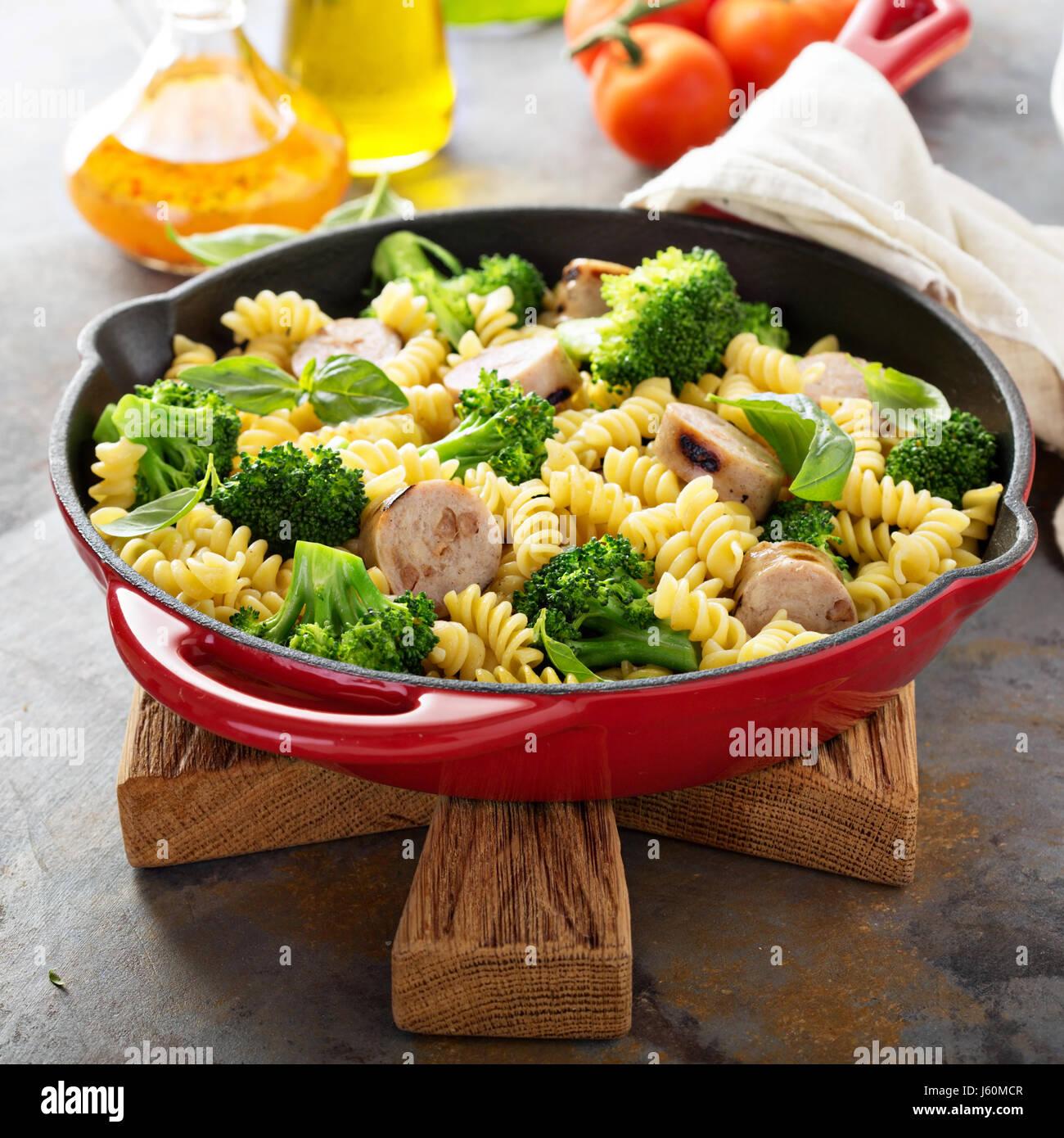 Faire cuire les pâtes avec de la saucisse et brocoli Photo Stock