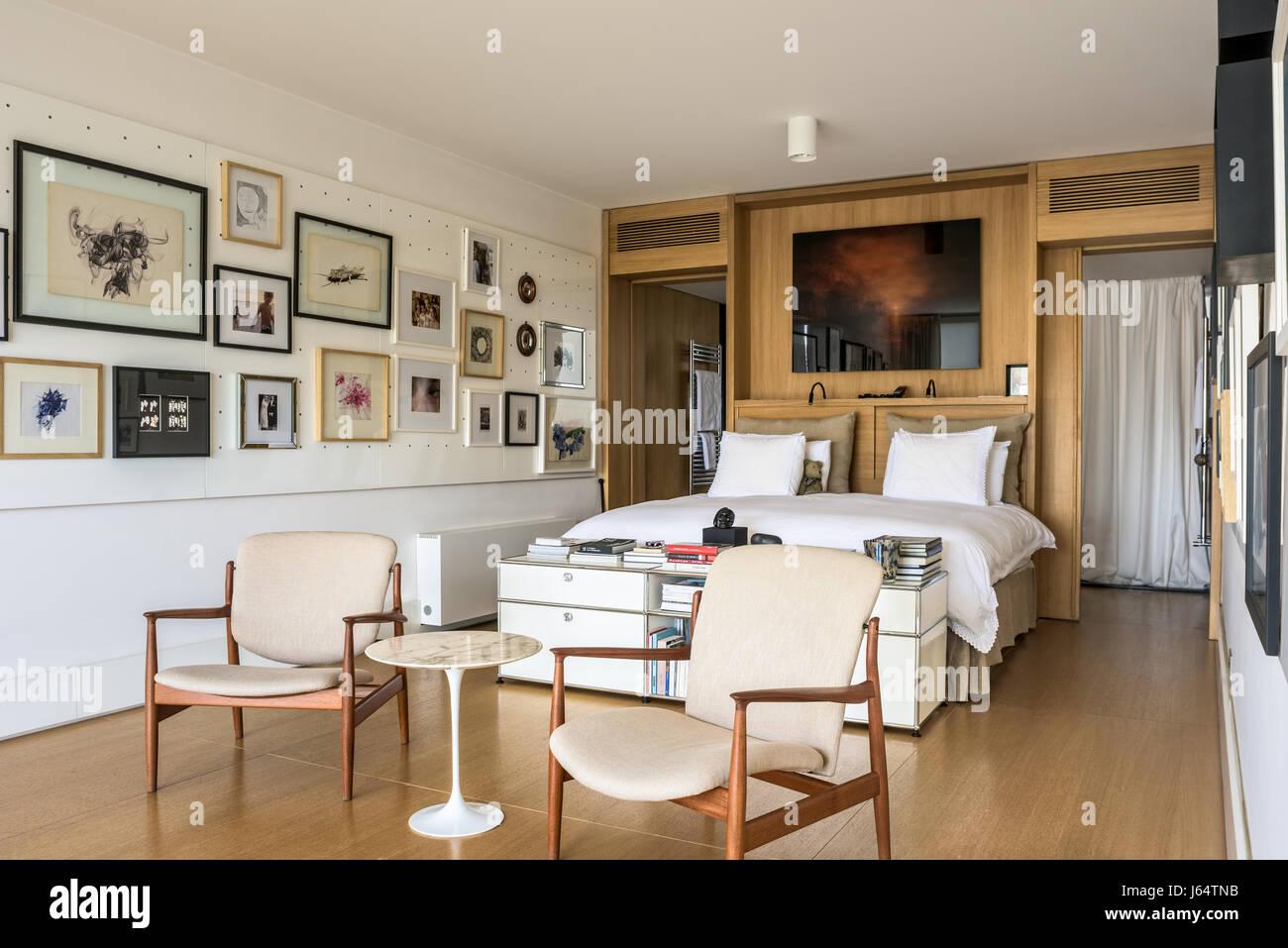Paire de chaises au milieu du siècle dans des master chambre décorée ...