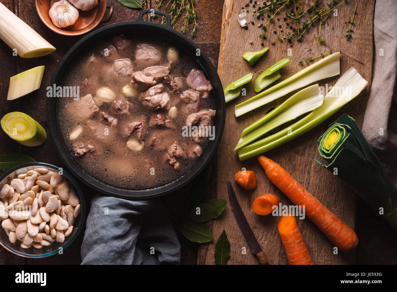 Préparation du cassoulet avec du porc et d'agneau et de légumes vue supérieure Photo Stock