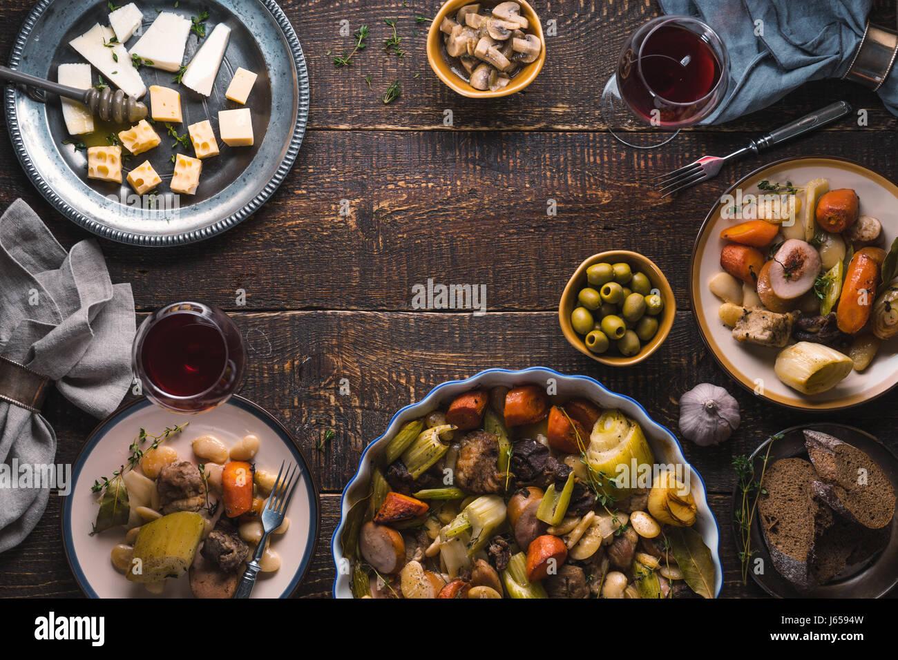 Ready-made kasul, fromage, pain, les olives sur la table de l'espace libre Photo Stock