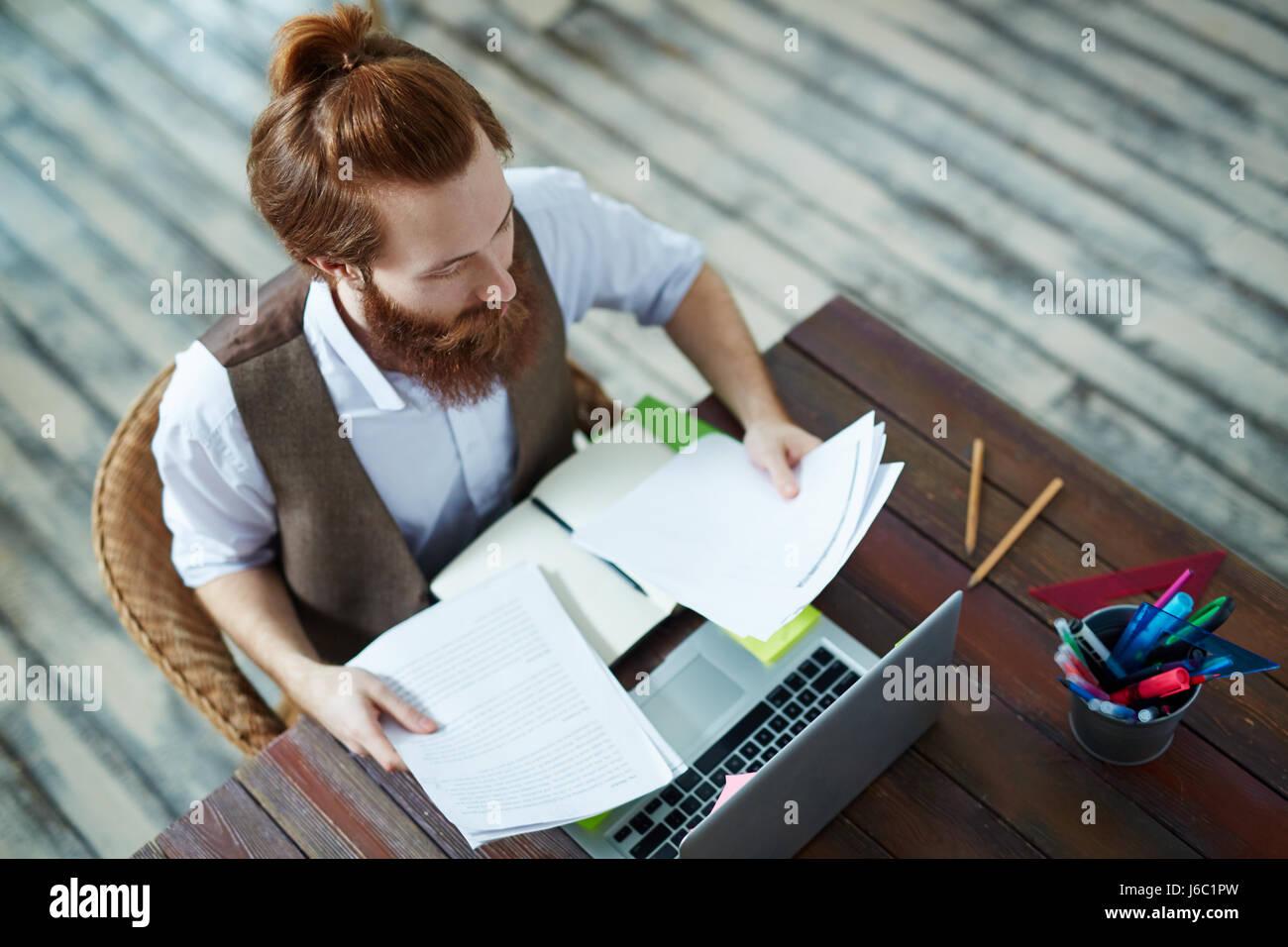 High angle portrait d homme barbu tendance travaillant au bureau