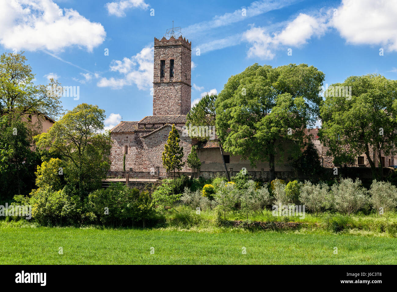 Eglise en Espagne près de Barcelone, en Catalogne. Campagne espagnole dans la saison du printemps avec des Photo Stock