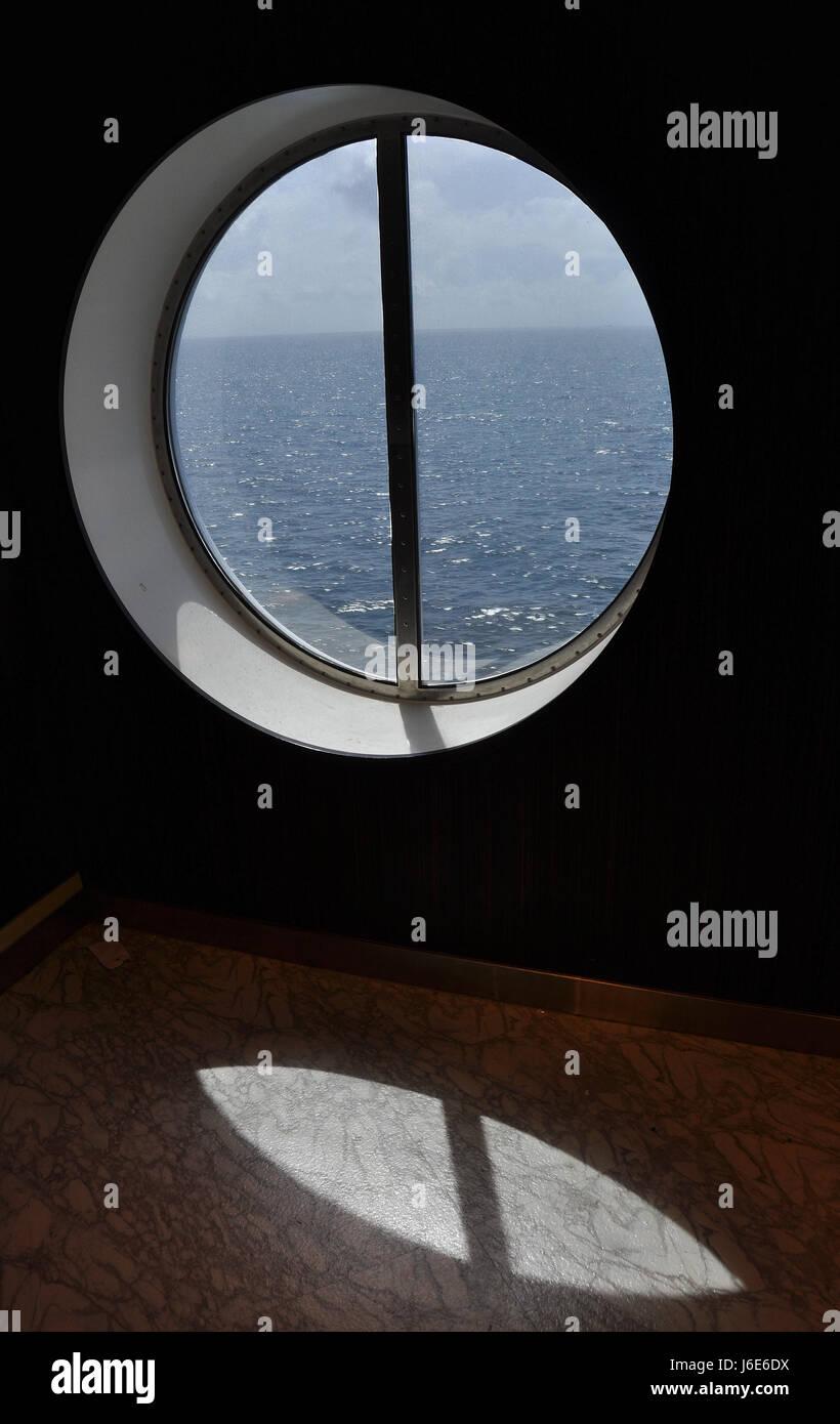 Sunbeam cinema hublot ellipse shaddow ombres ombre bateau à voile voilier Photo Stock