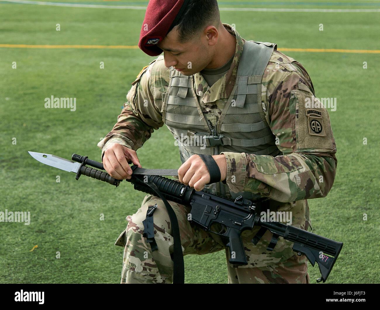 Un parachutiste prépare son arme pour l'inspection pendant la semaine américaine garde toutes les couleurs sur la concurrence Fort Bragg, N.C., 18 mai 2017. Le concours est tenu pour voir qui va gagner la chance de se produire que la couleur garde pendant les événements de la célébration de la semaine All American. (U.S. Photo de l'armée par la CPS. Dustin D. Biven) Banque D'Images