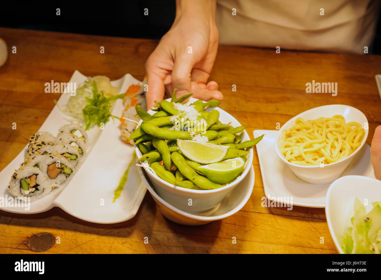 Roanoke Virginia Campbell Street Metro Restaurant cuisine américaine plaque asiatique sushi roll edamame décontracté Banque D'Images