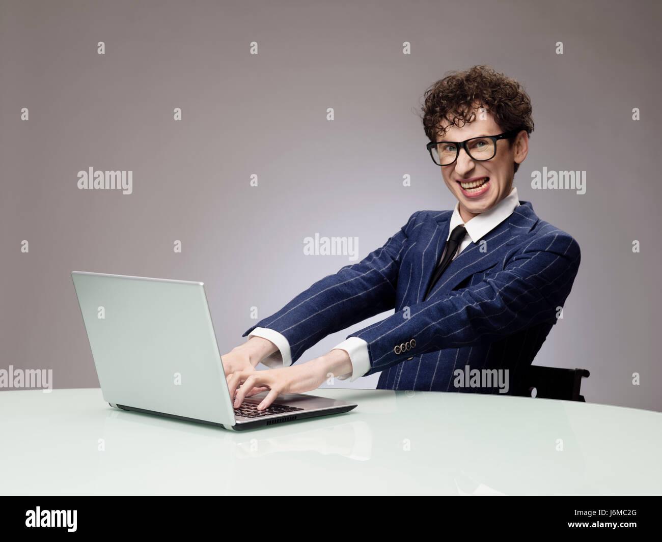 Funny business man geek à l aide d un ordinateur portable avec le génie bc0664e7c3c0