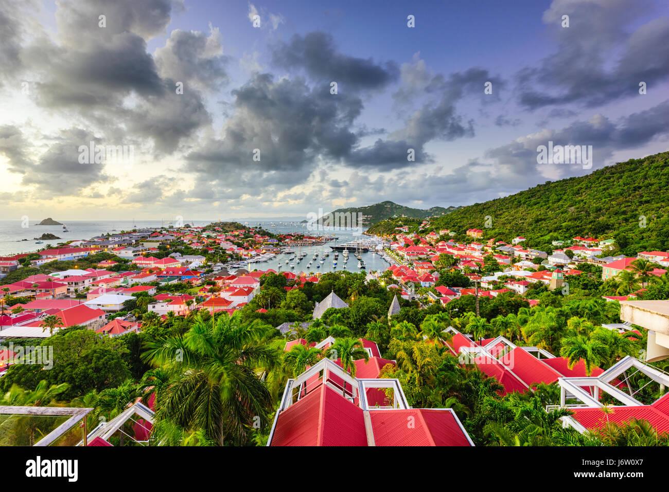 Le port et les toits de Saint Barthelemy dans les Caraïbes. Photo Stock
