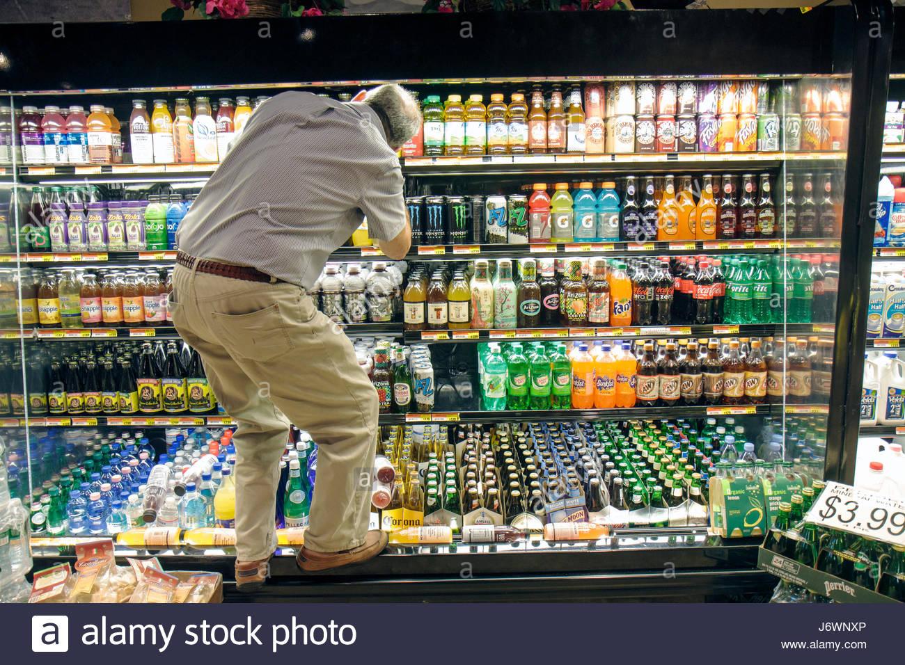 Boca Raton Florida Les magasins à Boca Center homme vitrine réfrigérée pour  boissons shopping Photo Stock df7a217e04e0