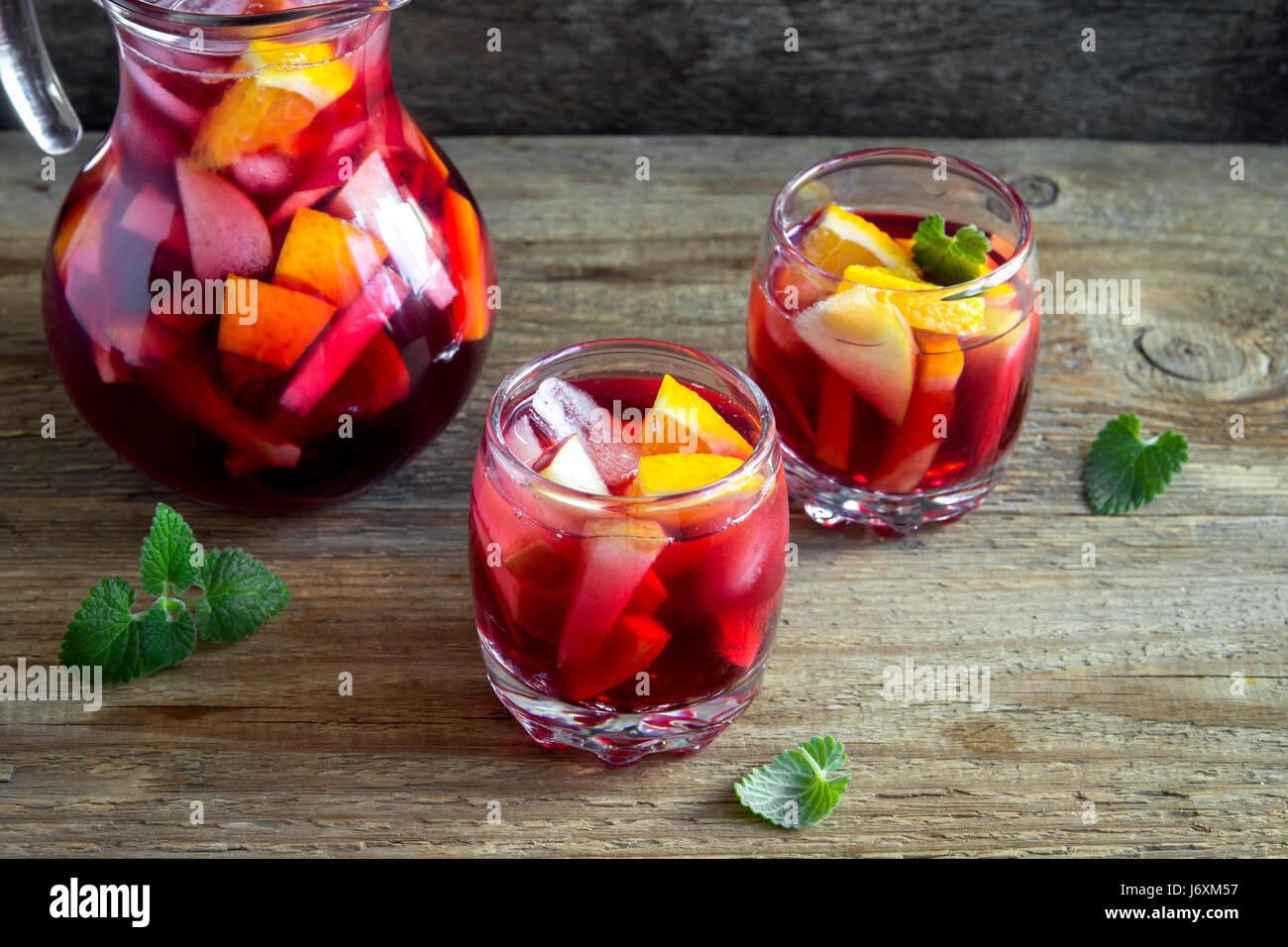 Vin rouge sangria ou punch aux fruits et de la glace dans