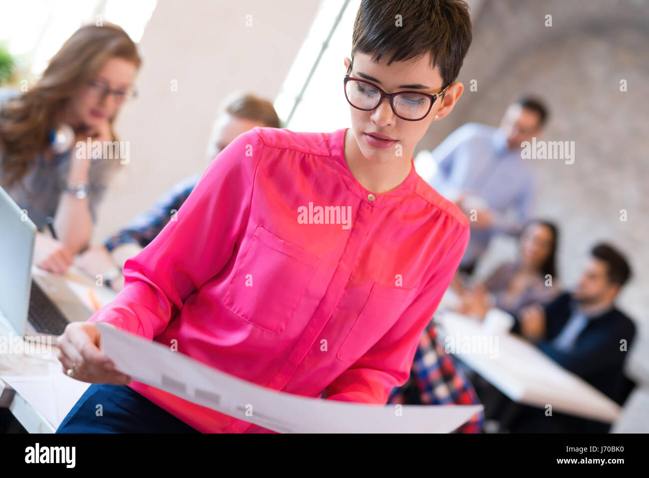 Concepteur des femmes au pouvoir travailler sur le projet d'architectes Banque D'Images