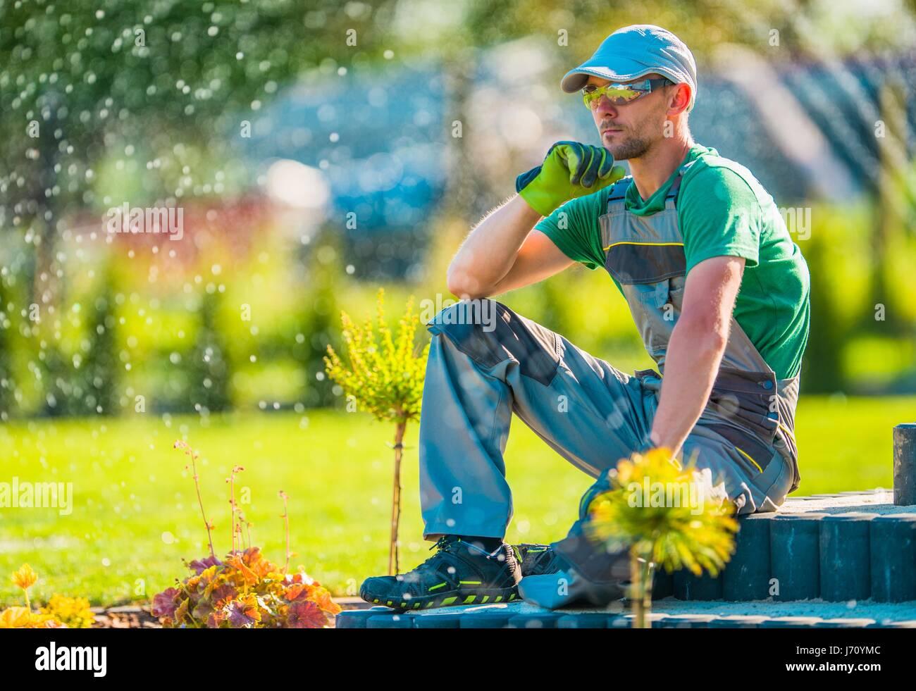 Portrait professionnel Concepteur de jardin dans la trentaine de prendre Pause de repenser l'aménagement Photo Stock