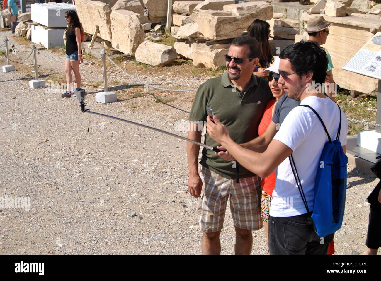 Les gens avec des bâtons Selfies, Acropole, Athènes, Grèce Photo Stock