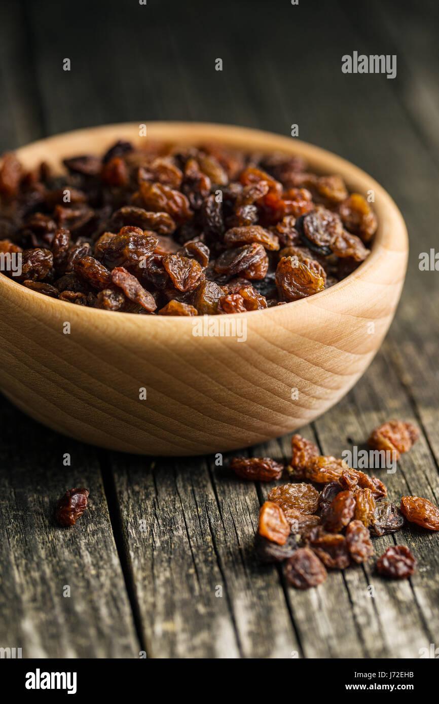 Les raisins secs dans un bol. Photo Stock