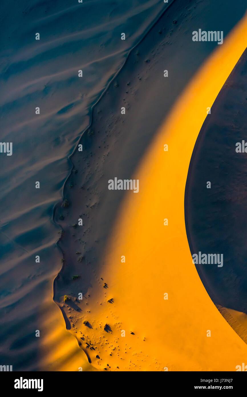 Sossusvlei est un sel et de l'argile pan entouré de hautes dunes rouges, situé dans la partie sud Photo Stock