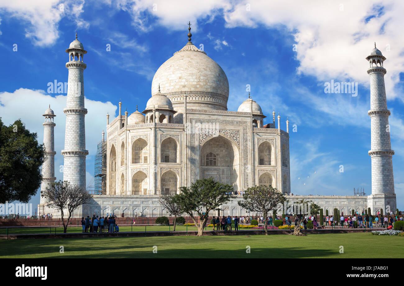 Taj Mahal en vue rapprochée avec ciel bleu et nuages - site du patrimoine mondial de l'unesco. Photo Stock