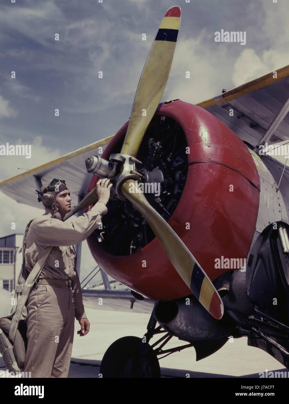 f3a78c0393b6 Contrôle des cadets l hélice sur un avion à Naval Air Station Corpus  Christi, Texas, 1942.